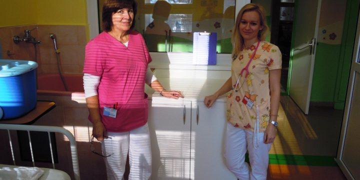 Predanie pultov detskému oddeleniu v nemocnici v Považskej Bystrici zo štartovného z DPCL